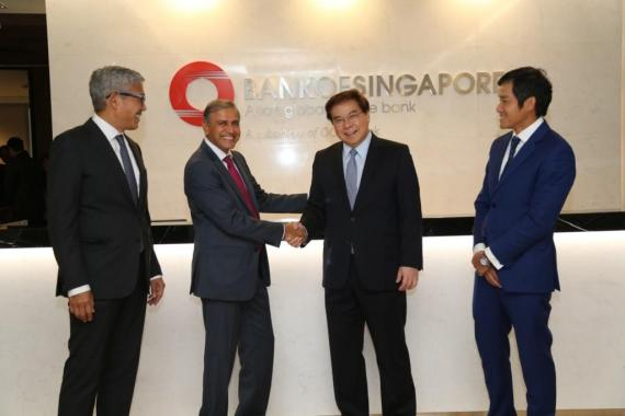 Group Chief Executive Officer Of Ocbc Bank Samuel Tsien Second From Right Congratulates Kirit Chauhan Singapore S Market Head For Middle East